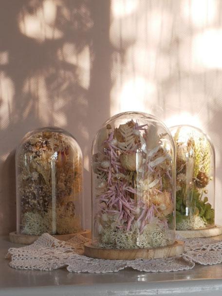 Cloches de fleurs séchées, créations de la cinquième saison.