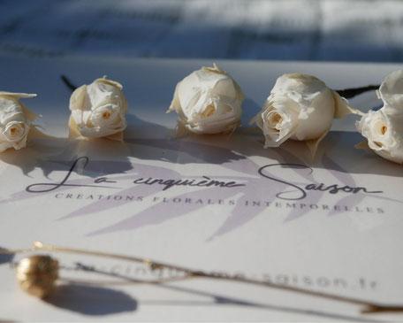 Pics de cheveux pour la mariée et les demoiselles d'honneur, en boutons de roses stabilisées. Coffret de 5 pics. Créations faite main par La cinquième Saison, artisan créatrice spécialisée dans les acsessoires de mariage. E-shop.