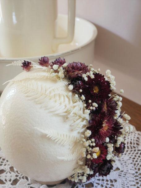 Oeuf d'autruche décoré de fleurs séchées et fleurs naturelles stabilisées. création, pièce unique de la cinquième saison. Boutique en ligne.