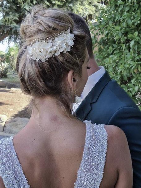 Peigne de mariée stabilisé blanc ivoire, en hortensia et gypsophile mini, par la cinquieme saison.