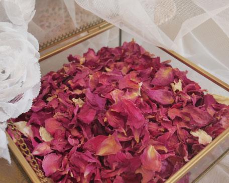 Pétales de roses vendus au litre par la cinquième saison.