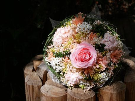 Petit bouquet de fleurs pour la mariée, en fleurs séchées et stabilisées, avec une rose éternelle. Rose stabilisée.