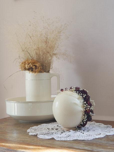 Vériatble oeuf d'autruche décoré de leurs séchées : pièce unque et création originale de la cinquième saison, à retrouver sur la boutique en ligne.