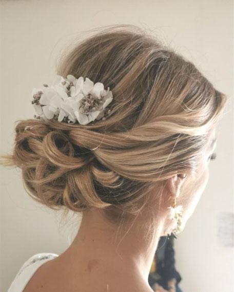 Peigne de mariée en hortensia blanc pur à petites fleurs et gypsophile champagne irisé, par la cinquième saison.