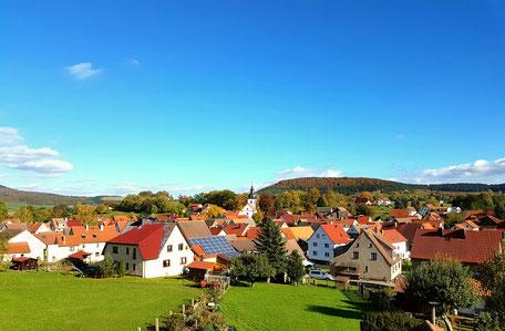 Blick auf Wiesenthal, das in einer weiten Talmulde in der Thüringer Rhön liegt