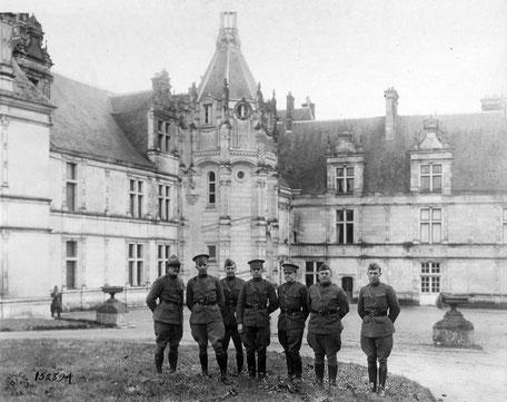 Les officiers de la 41e division posent devant le Château de Saint-Aignan