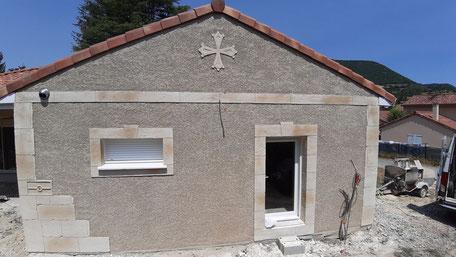 Mur de maison avec entourage, angle, plancher et fontaine imitation pierre de taille