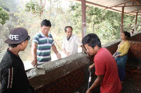 Maurer Rai mit seinen Kollegen beim Bau der Schule in Zerokilometer