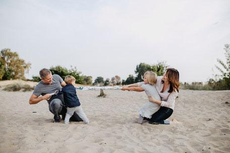 Familienfoto zu Viert mit Tauziehen