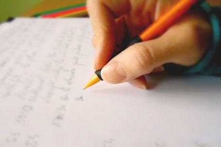main tient criterium en pleine écriture Du son pour changer