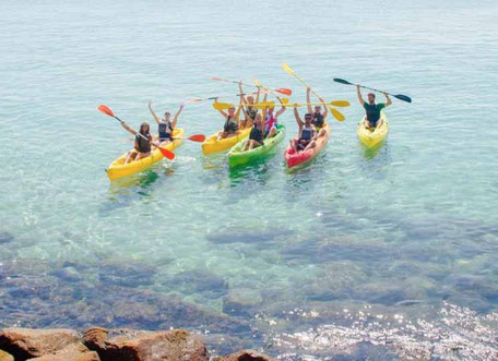 grupos haciendo kayaks en la playa de Tarifa
