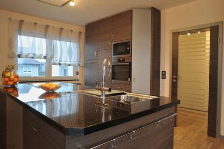 Küche, Mamorplatte, Modern, Steinplatte, Zimmertür, Tür, Holz, Kochinsel, Schränke, Glastür, Schreiner, Tischler, Möbel, Fenster