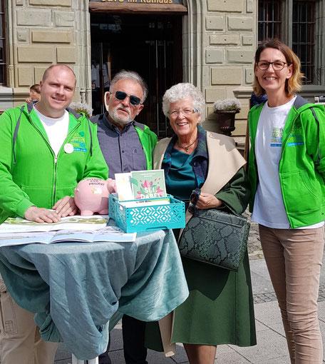 Stand Verkaufsoffener Sonntag, Frau Christa Nitzel, ehrenamtliche Helferin