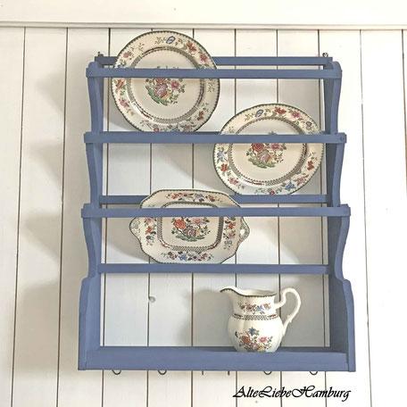 Blaues Wandregal für Teller aus Holz