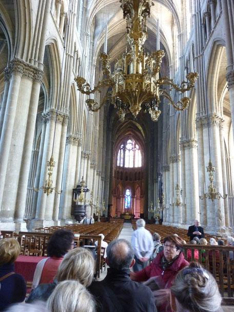 A l'intérieur, devant le décor somptueux de la nef, la guide murmure encore des explications