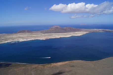 Lagune mit blauem Meer und Wolkenhimmel