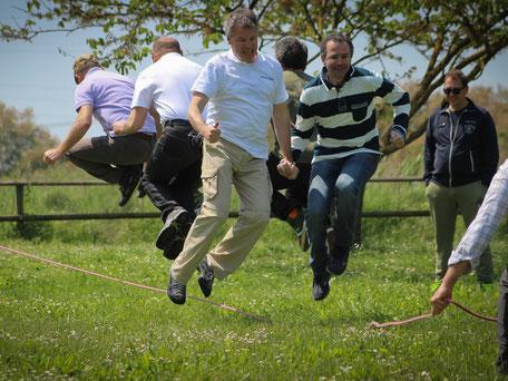 Umlaufbild der Kategorie Outdoor Teambuilding für Firmen, Menschen beim Seilspringen