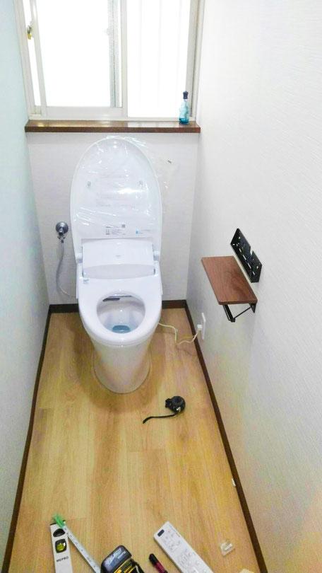 流山市でトイレ交換と床クロス張り替え 2