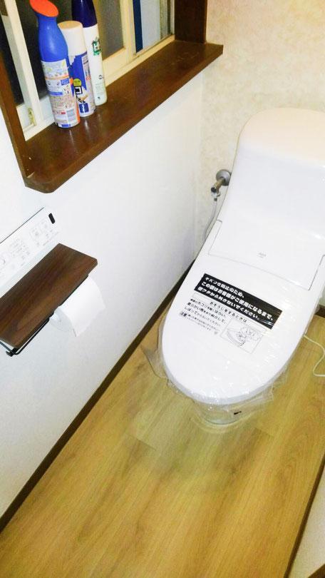 流山市でトイレ交換と床クロス張り替え 1
