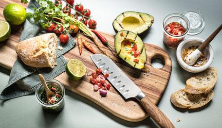 Schneidbrett und hochwertige Messer © macani wooddesign