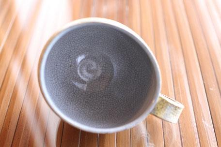 陶芸作品の焼き上がり。原材の違いによる収縮差でできた貫入