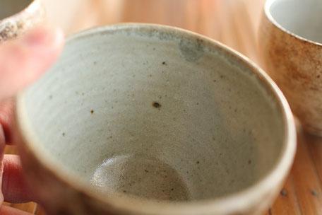 陶芸作品の焼き上がり。焼き込むことにより噴出した鉄分による黒い点