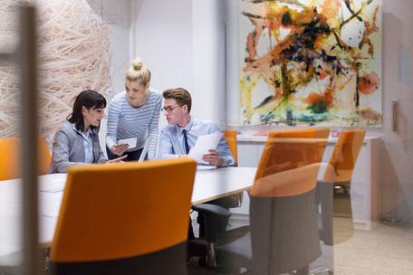 Kunst im Büro - Mitarbeiter bei Meeting in entspannter Atmosphäre