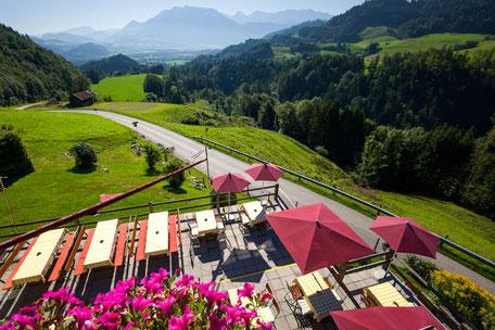 Berggasthof Hummelei in Oberaudorf Terrasse mit Blick zum Kaisergebirge