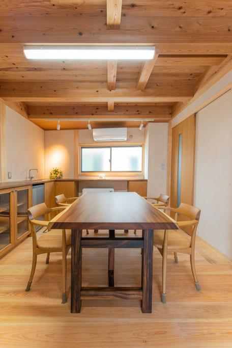 バルコニー菜園のある家の応接室は木の表面が現れる真壁造り