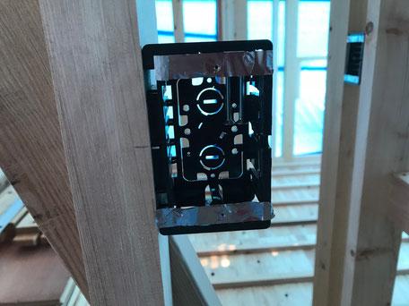 栃木県のバルコニー菜園のある家の家づくりの様子/コンセントスイッチボックスの取り付け