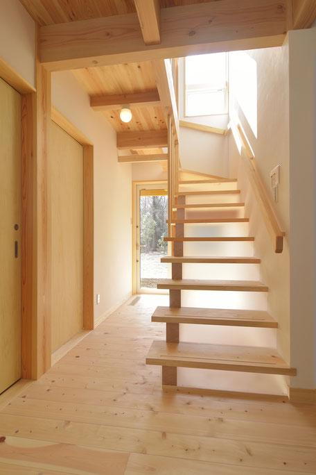 高台見晴しの家の階段は蹴上板をアクリル板で造作
