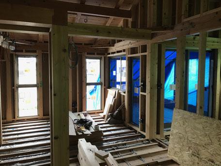 栃木県のバルコニー菜園のある家の家づくりの様子/窓サッシの施工
