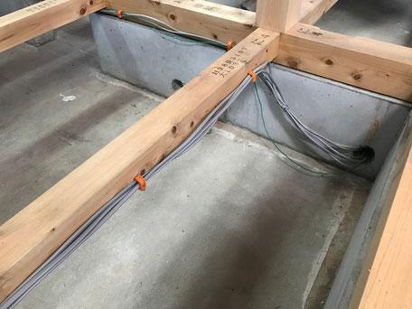 土台や大引きに電気の配線が取り付けてある