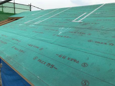 屋根の防水シートを施工している