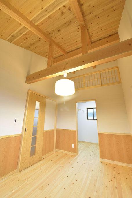 格子のある家の木と自然素材を感じる寝室