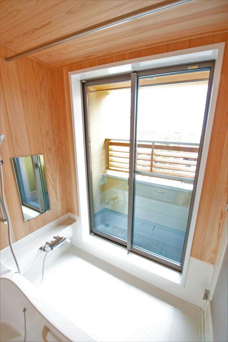 バルコニー菜園のある家の浴室には大きな窓がある