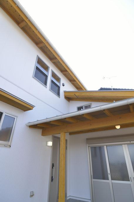高台見晴しの家の外観を見上げる