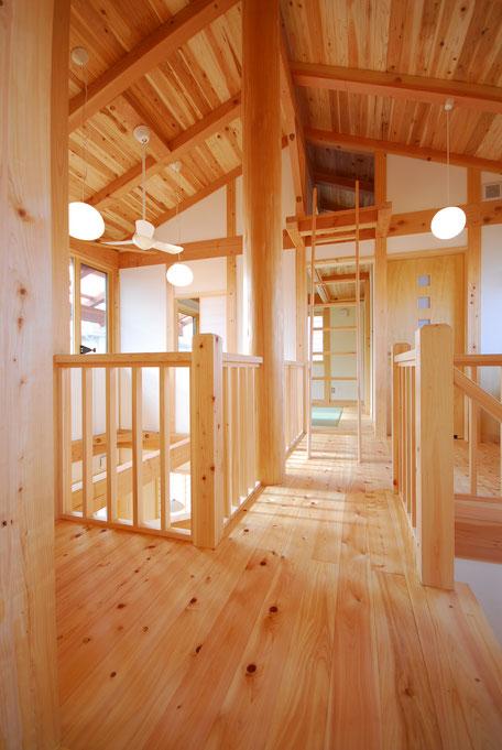大黒丸太のある家の廊下は栃木の木や自然素材を多用