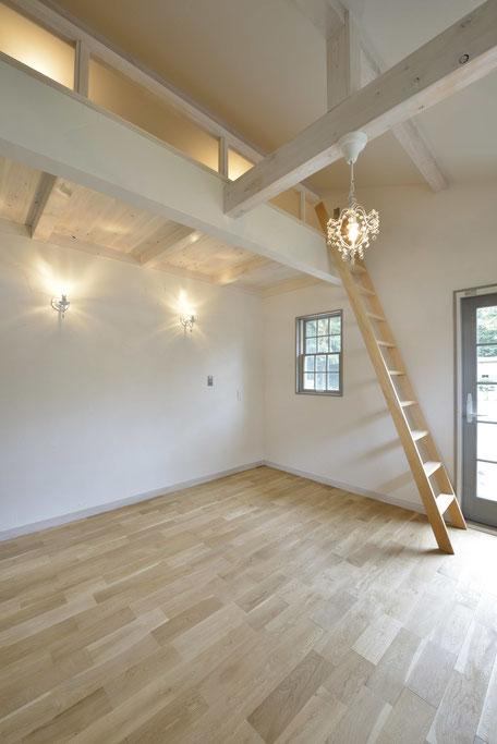 デッキのある平屋の家の白色が際立つ寝室