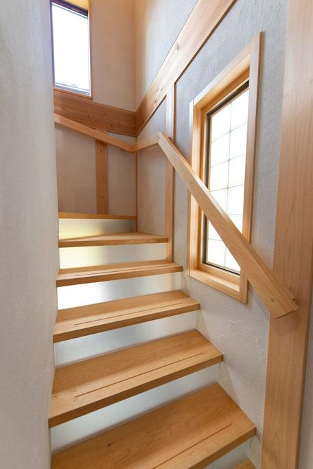 階段の蹴込み板にはアクリル板を使用している