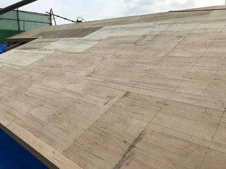 胴縁の上にラワン構造用合板という木の板を施工している