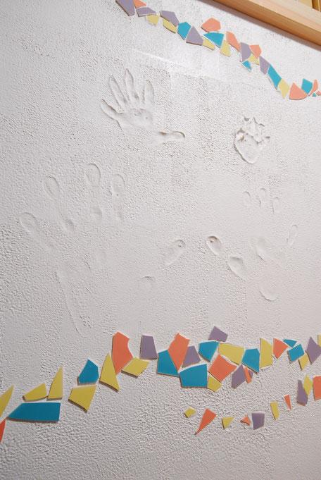 大黒丸太のある家の家族の手形が付いた思い出の壁