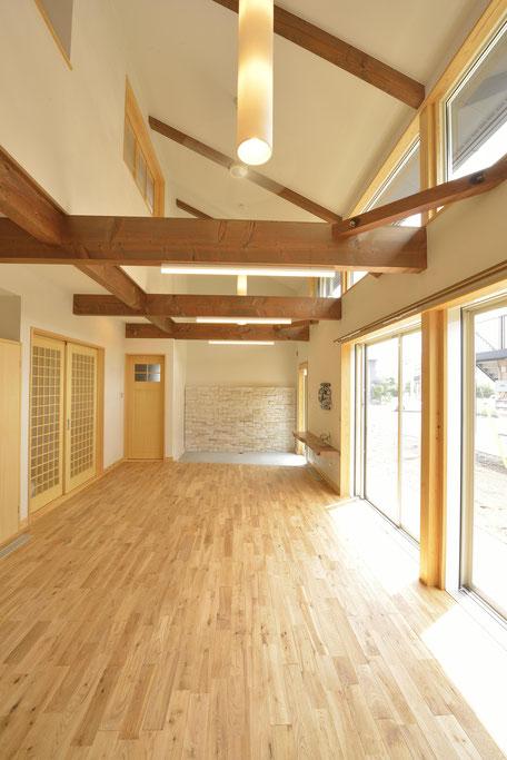 大きな吹抜けの家は栃木の木を際立たせる色合い