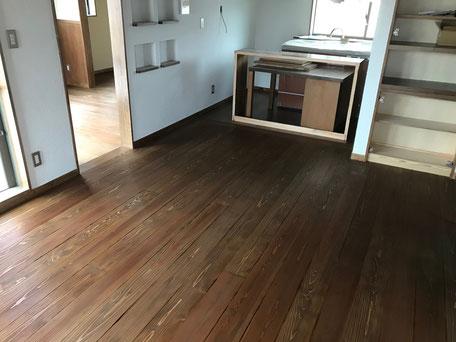 栃木県のバルコニー菜園のある家の家づくりの様子/床の塗装