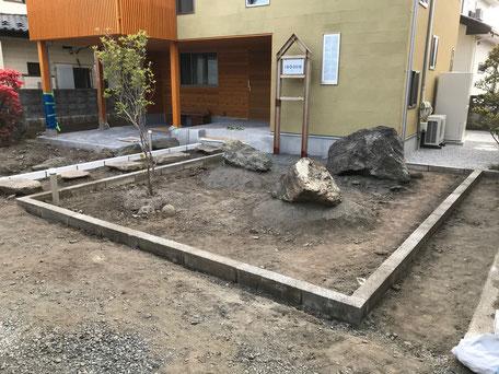 栃木県のバルコニー菜園のある家の家づくりの様子/縁石の配置