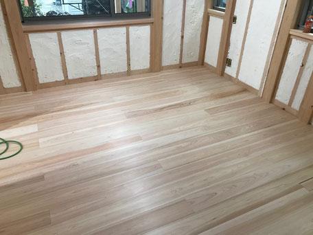 栃木県のバルコニー菜園のある家の家づくりの様子/床仕上げ材の施工