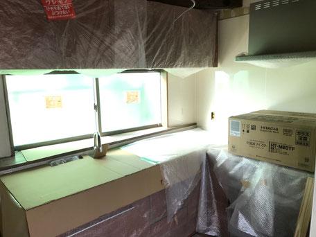 栃木県のバルコニー菜園のある家の家づくりの様子/システムキッチン取り付け