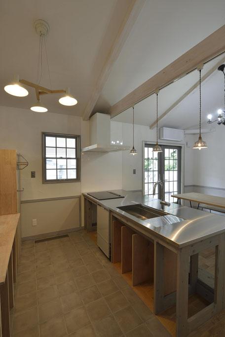 デッキのある平屋の家のキッチンは建主DIYのオーダーキッチン