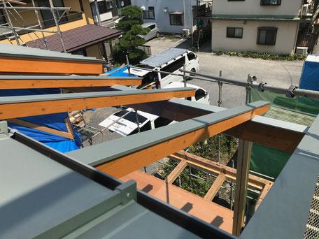 栃木県のバルコニー菜園のある家の家づくりの様子/板金の工事