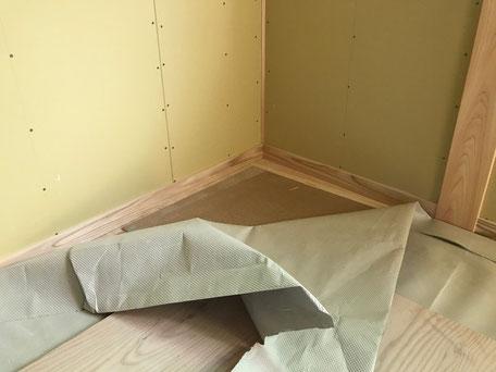 栃木県のバルコニー菜園のある家の家づくりの様子/巾木の施工